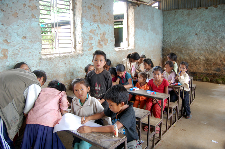 9_Students of Shree Raktakali Primary School are involved in painting with colour pencils sent by Arao-san